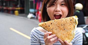 【台中美食】黑龍江蔥花千層大餅|藏身巷弄,比臉大蔥花千層大餅